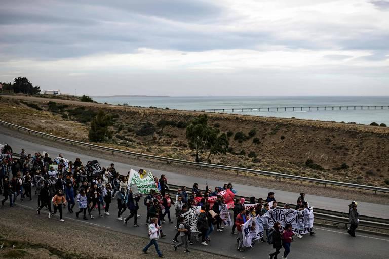 Estudantes e professores protestam em Comodoro Rivadavia (RONALDO SCHEMIDT/AFP)
