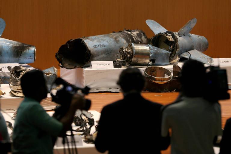 Jornalistas observam em Riad restos de mísseis que a Arábia Saudita afirma terem sido usados no ataque contra suas instalações petrolíferas