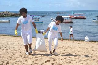 Projeto Praia Limpa faz limpeza de praia após festejos a Iemanjá.
