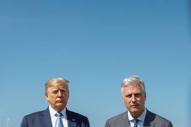 O presidente Donald Trump ao lado do novo assessor de segurança nacional dos EUA,  Robert O'Brien, no aeroporto internacional de Los Angeles