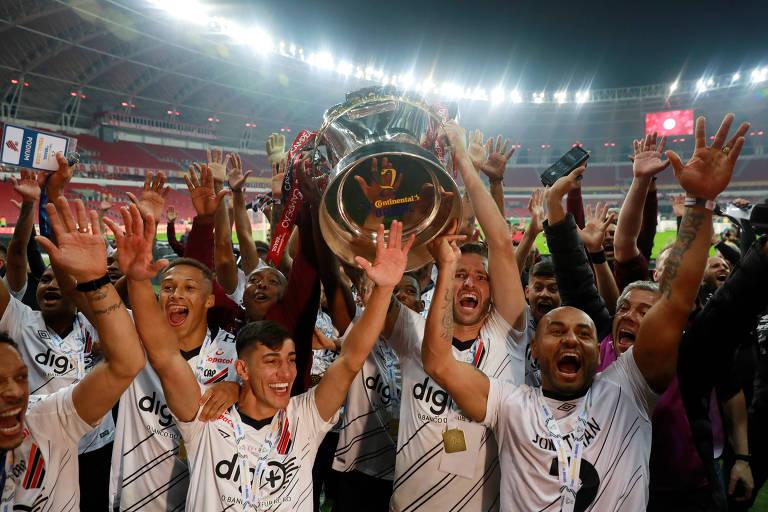 Jogadores do Athletico com o troféu de campeão da Copa do Brasil
