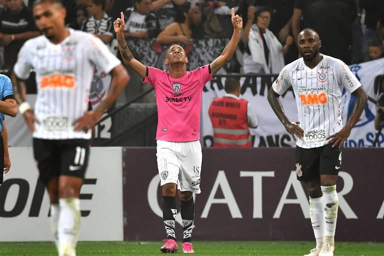Gabriel Torres comemora o primeiro gol do Independiente del Valle em Itaquera, enquanto Júnior Urso (à esq.) e Manoel lamentam
