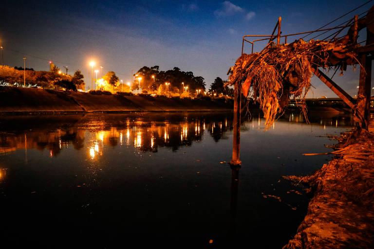 Trecho do rio Tietê, na altura do Cebolão, em São Paulo. Após 3 anos de melhora, trecho poluído aumentou 34%, com 163 km de Mogi das Cruzes a Cabreúva
