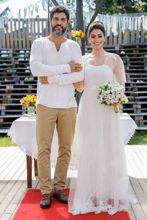 Helena ( Carol Castro ) e Hussein ( Bruno Cabrerizo ) dizem sim ao amor