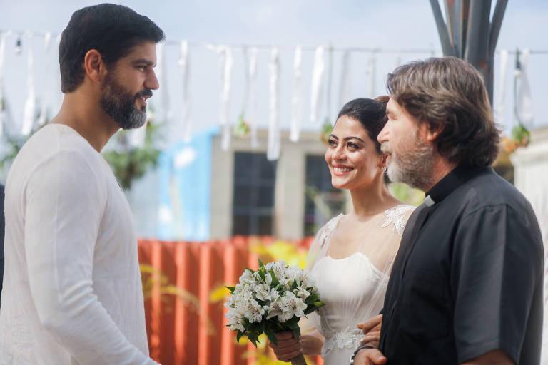 Helena ( Carol Castro ) e Hussein ( Bruno Cabrerizo ) recebem a benção de Padre Zoran ( Ângelo Coimbra).
