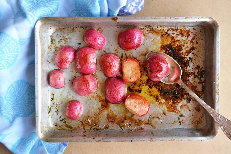 Rabanete assado com tomilho tem sabor suave e é alternativa ao uso do legume que muitos desgostam