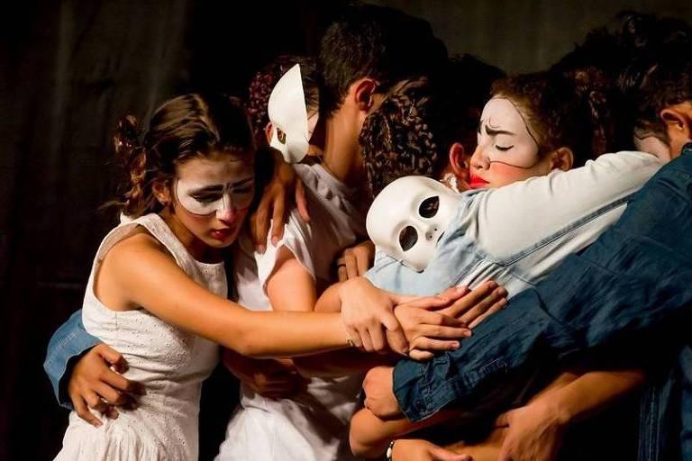 Cena de espetáculo que integra a programação do festival de teatro adolescente Vamos que Venimos