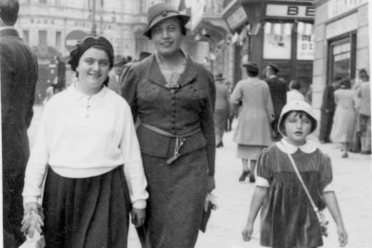 Renia Spiegel (esq.), com sua mãe e irmã mais nova nas ruas de Przemysl, na Polônia, em 1937