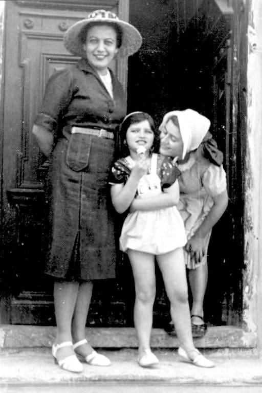 Renia Spiegel (dir.) com sua mãe e irmã mais nova em 1935