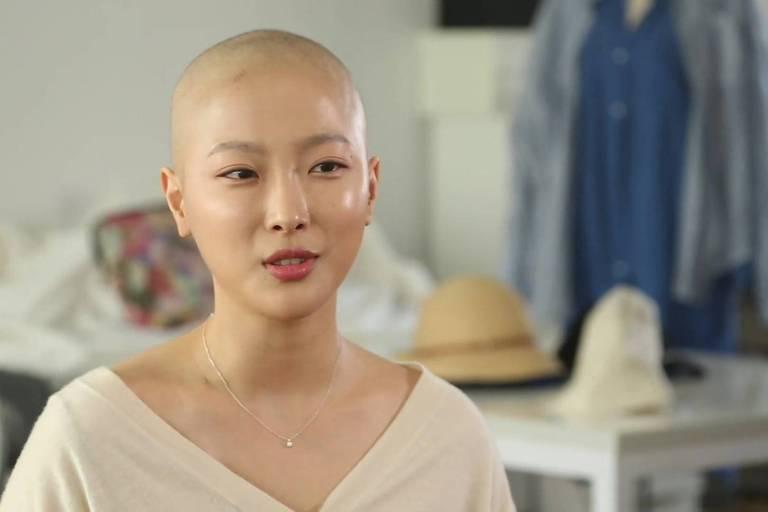 A youtuber de beleza que compartilha sua luta contra o câncer nas redes
