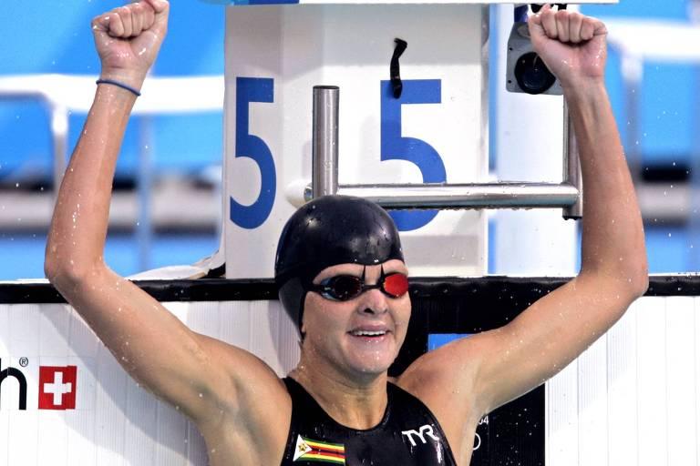 Kirsty Coventry comemora a conquista de sua primeira medalha de ouro olímpica, na prova dos 200 m costas dos Jogos de Atenas, em 2004
