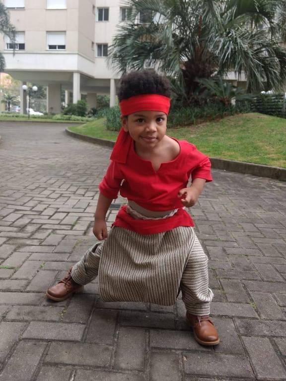 Crianças vestem trajes típicos em feriado tradicional do RS