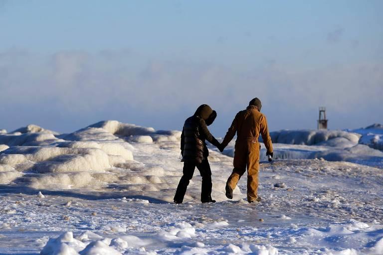 casal de mãos dadas na neve
