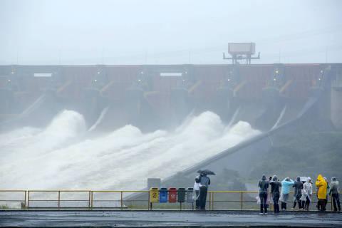 FOZ DO IGUAÇU, PR, BRASIL, 24-06-2013: Pessoas observam vertedouro de água da usina de Itaipu, na Foz do Iguaçu, no Paraná. chuvas fizeram a hidrelétrica operar no máximo e ter de verter água pela primeira vez em três anos. (Foto: Caio Coronel/Divulgação) ***DIREITOS RESERVADOS. NÃO PUBLICAR SEM AUTORIZAÇÃO DO DETENTOR DOS DIREITOS AUTORAIS E DE IMAGEM***