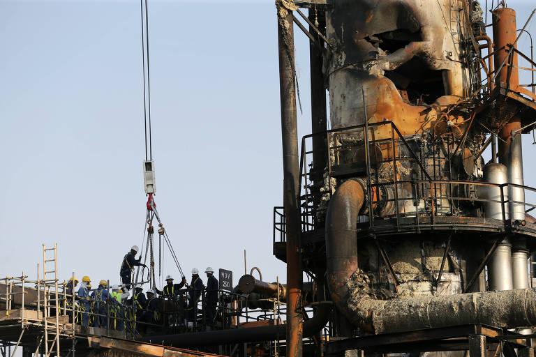 Funcionários trabalham em instalação petrolífera que foi atingida por ataque na Arábia Saudita