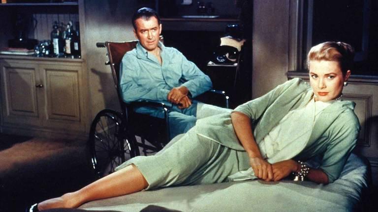 """Os atores James Stewart e Grace Kelly em cena do filme """"Janela Indiscreta"""", de 1954"""