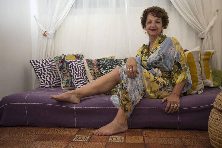 A dentista Magali Frossard Ribeiro, 59, nunca deixou de imprimir a sua personalidade. Usa roupas coloridas, diferentes modelos, saiais, sandálias