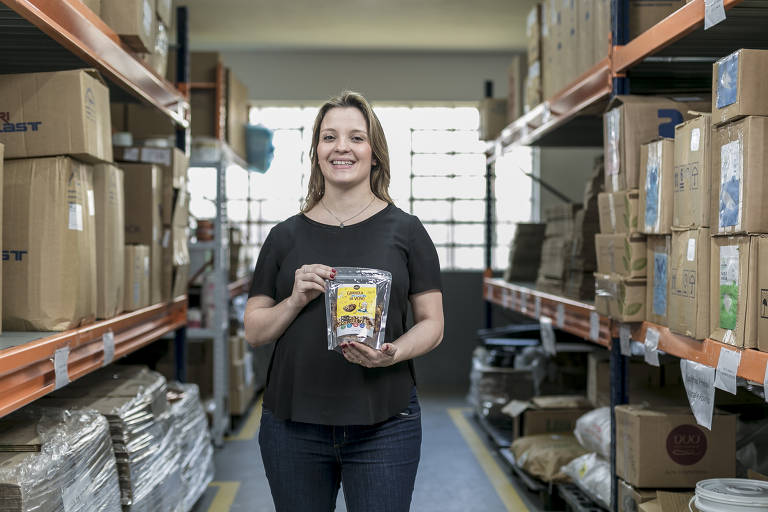Carolina Potenza, fundadora da Natural e Ponto, em loja em São Paulo; por ano, ela produz três toneladas de produtos que chegam às lojas em embalagens de papelão e plástico