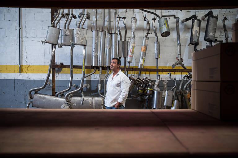O empresário Eduardo Vaz,  57, aproveita a luz do sol em sua oficina mecânica, que fica em Cotia (Grande São Paulo)