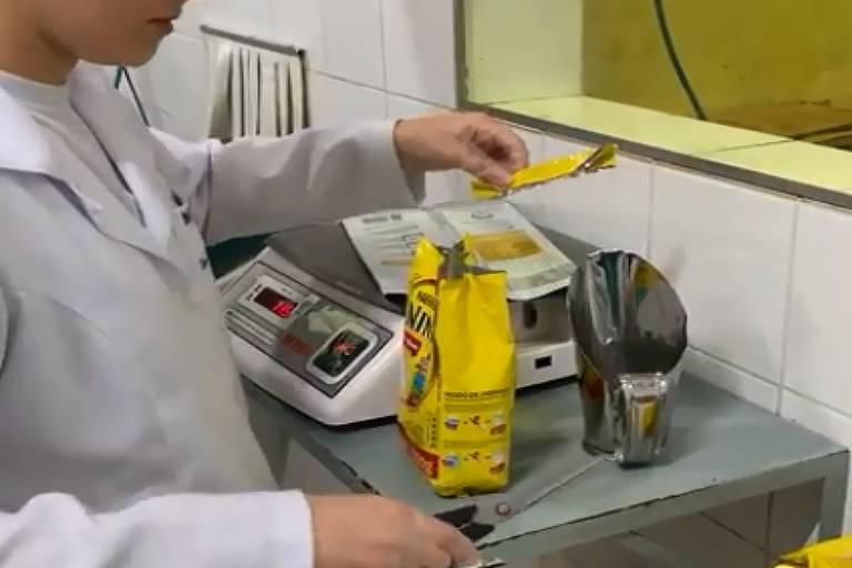 Funcionária reensaca leite Ninho, da Nestlé, na embalagem da marca Romano