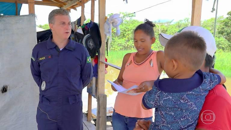 Luciano Huck em gravação com família ribeirinha que vive em casa sem paredes na Amazônia