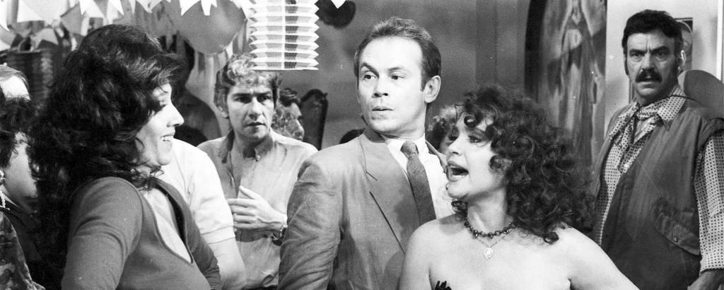 Os atores (a partir da esq.) Yoná Magalhães, Cláudio Cavalcanti, José Wilker, Regina Duarte e Lima Duarte em cena de bate-boca na novela 'Roque Santeiro' (1985)