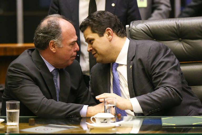 O presidente do Senado, Davi Alcolumbre (DEM-AP), conversa com Fernando Bezerra Coelho (MDB-PE), líder do governo na Casa e alvo de operação da PF