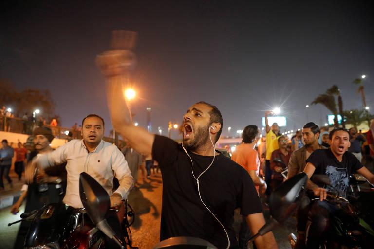 Em cena rara, egípcios fazem protestos e acusam presidente de corrupção