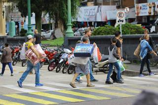 Turistas brasileiros com sacolas de compras no centro de Rivera, no Uruguai