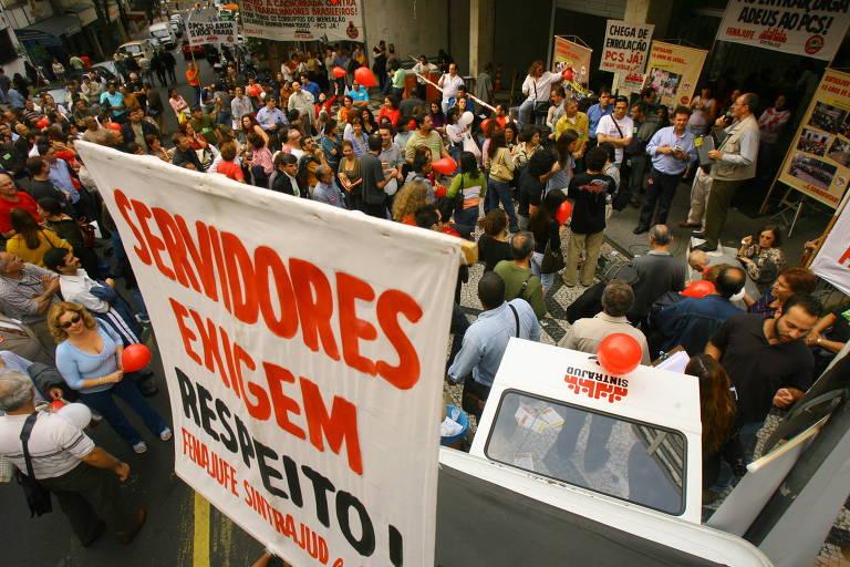 Greve dos servidores do Judiciário Federal em São Paulo. Eles fazem manifestação em frente ao TRE para exigir a aprovação do projeto de lei que revisa o plano de cargos e salários