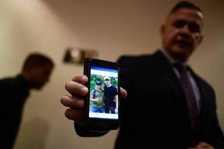 O procurador-geral da Venezuela, Tarek Saab, mostra foto em que Juan Guaidó estaria com suposto membro do Los Rastrojos