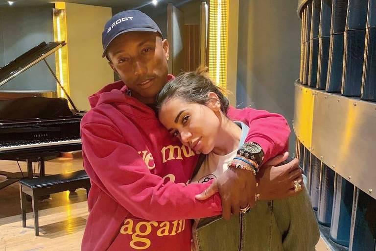 Anitta posa ao lado de Pharrell Williams em estúdio