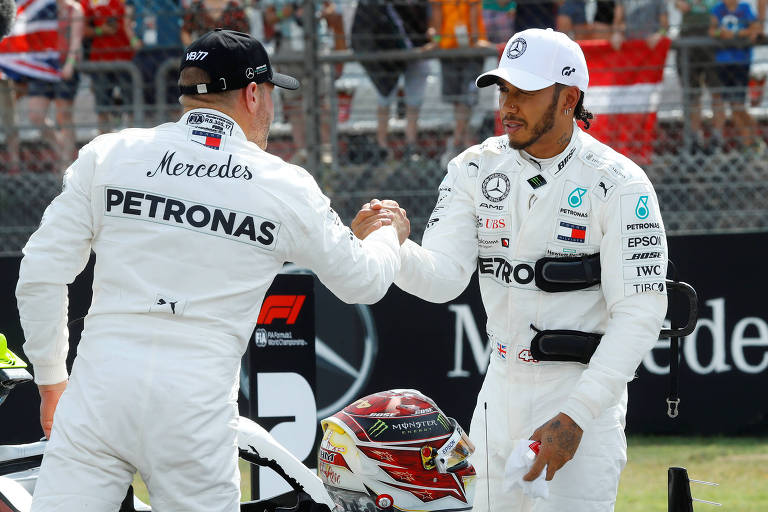 Bottas e Hamilton se cumprimentam durante treino para o GP da Alemanha