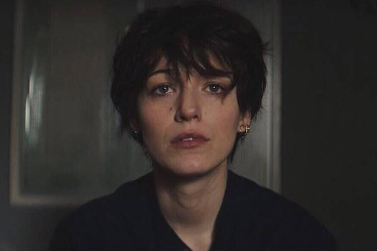 Blake Lively aparece com cabelo preto e curto para novo filme