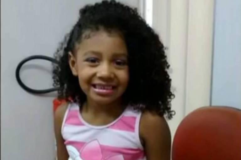 Menina de 8 anos estava em uma kombi na Fazendinha, no Complexo do Alemão, quando foi baleada