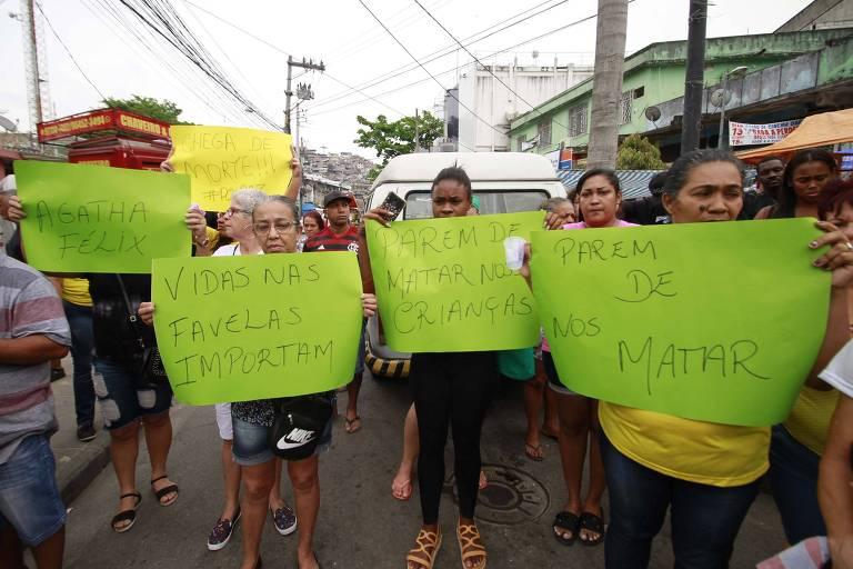 Moradores da região do Complexo do Alemão, no Rio, protestam contra a morte de Ágatha Félix, de oito anos