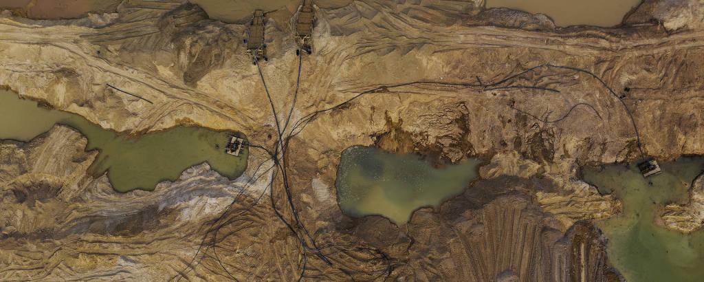 Vista aérea de garimpo de ouro localizado às margens do rio Peixoto de Azevedo, no norte do Mato Grosso