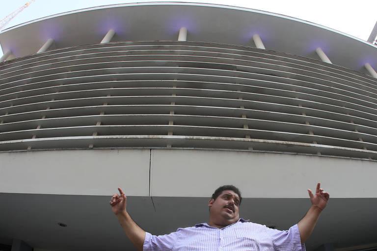Jonathan Neves, sósia de Tim Maia, canta em frente ao Conjunto Nacional, na av. Paulista