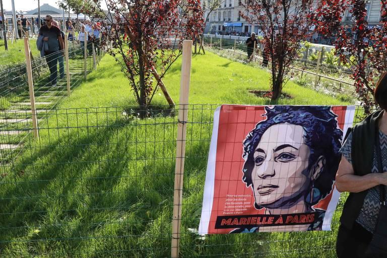Bandeira com foto de Marielle Franco em jardim