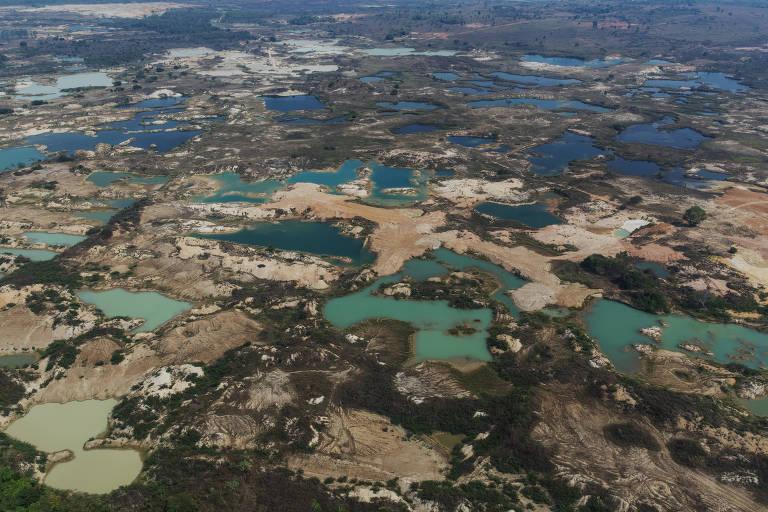 Lagoas formadas em área de garimpo de ouro localizada às margens do rio Peixoto de Azevedo no norte do Mato Grosso