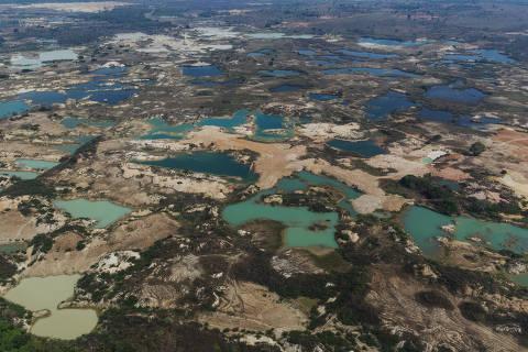 PEIXOTO DE AZEVEDO, MT. 13/09/2019. Lagoas formadas em area de garimpo de ouro localizada as margens do rio Peixoto de Azevedo no norte do Mato Grosso. ( Foto: Lalo de Almeida/ Folhapress ) MERCADO.  ***EXCLUSIVO FOLHA