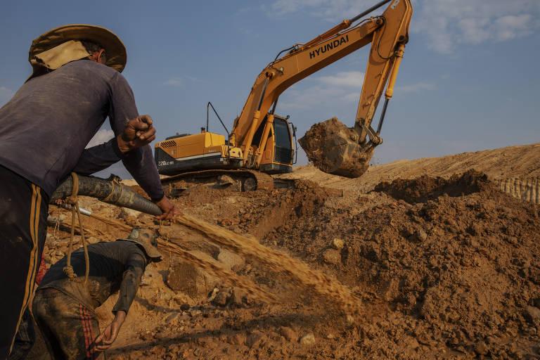 Homens trabalham em um garimpo de ouro, em Peixoto de Azevedo, no norte do Mato Grosso