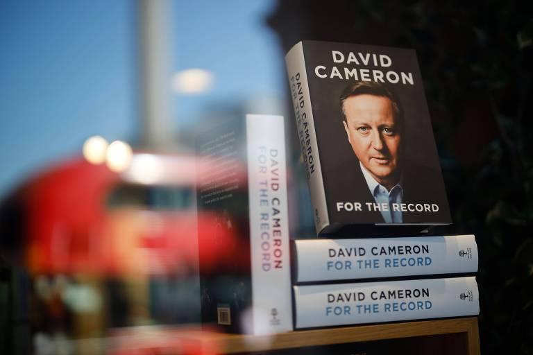Livro do ex-primeiro-ministro britânico David Cameron em exibição em uma livraria no centro de Londres