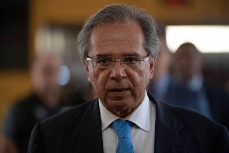 Ministro Paulo Guedes com terno e gravata azul clara