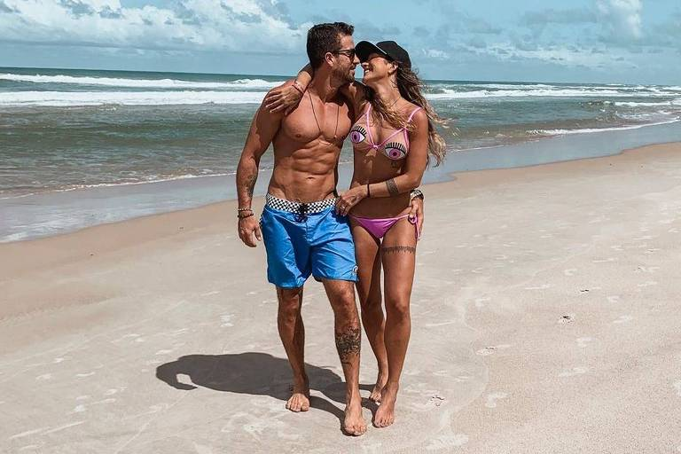 Erasmo Viana e Gabriela Pugliesi na praia, em Itacaré (BA)