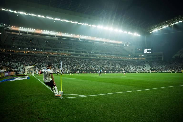 Jadson cobra escanteio no jogo inaugural do estádio: Corinthians 0 x 1 Figueirense