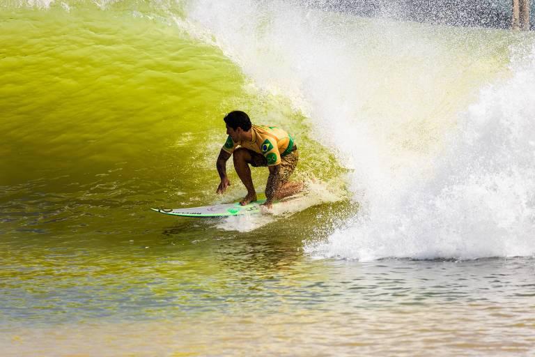 Gabriel Medina pega uma onda na etapa de Lemoore da Liga Mundial de Surfe