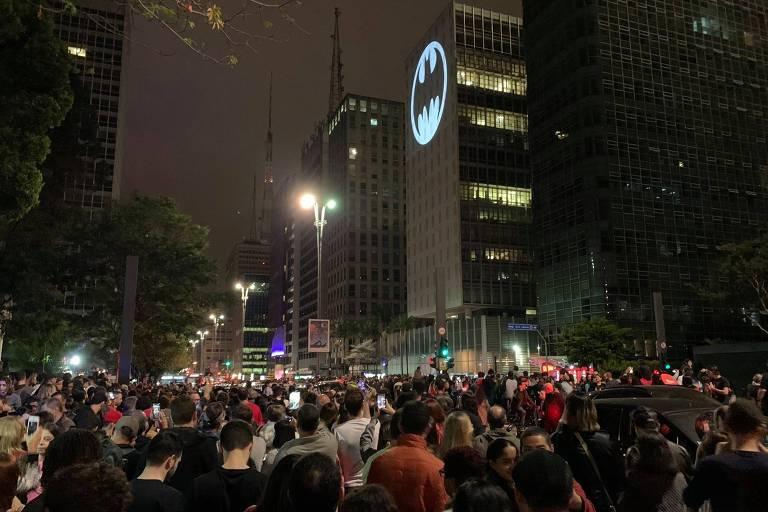 No Dia do Batman, pessoas observam projeção do famoso batsinal em prédio na avenida Paulista, em Sâo Paulo