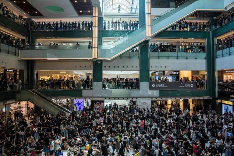 Shopping center é tomado por multidão