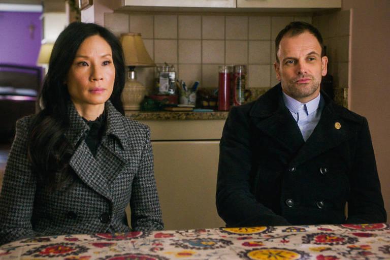 Jonny Lee Miller e Lucy Liu em Elementary (2012)